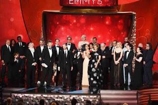 La saga basada en las novelas de George R.R. Martin ganó mejor serie dramática, mejor dirección, mejor guión y mejores efectos especiales, aunque sus estrellas Peter Dinklage y Kit Harington se quedaron sin el premio a actor de reparto, que lo obtuvo en cambio Ben Mendelsohn por 'Bloodline'.