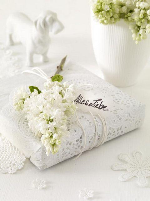 Sentuhan kain lace bikin kado jadi istimewa
