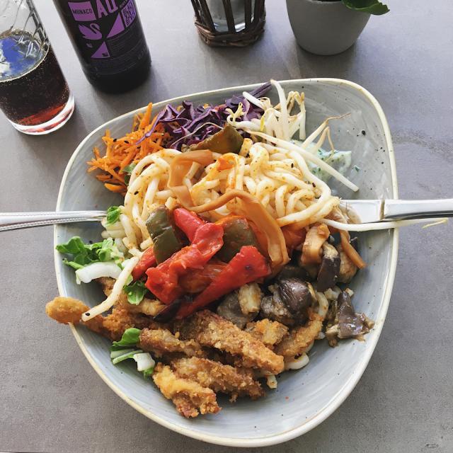 Zero-waste tips: Spis på restaurant fremfor take-away. Buddha Bowl med nudler på Nordvegan