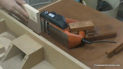 Cómo cepillar tablas más anchas que el cepillo regruesadora de carpintería. http://www.enredandonogaraxe.com