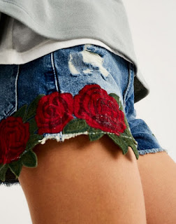 https://www.pullandbear.com/fr/femme/nouveaut%C3%A9s/short-denim-broderie-roses-c1030017536p500407075.html#400