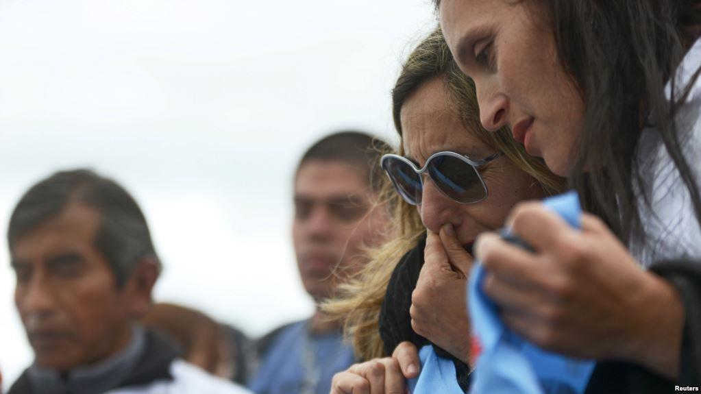 Familiares de los 44 tripulantes del submarino ARA San Juan esperan el rescate de los cuerpos / REUTERS