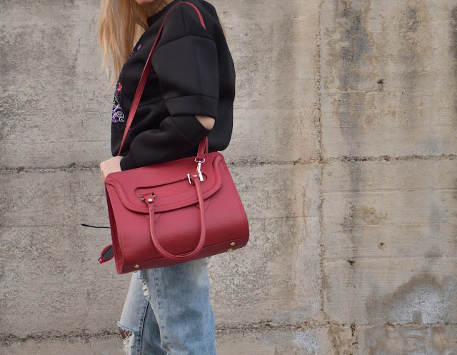 borsa rossa red bag  felpa manica cut-out felpa con taglio sulla manica felpa giulia de lellis manica tagliata outfit dicembre outfit invernale casual mariafelicia magno fashion blogger colorblock by felym fashion blog italiani fashion blogger italiane blogger italiane blog di moda web influencer italiane