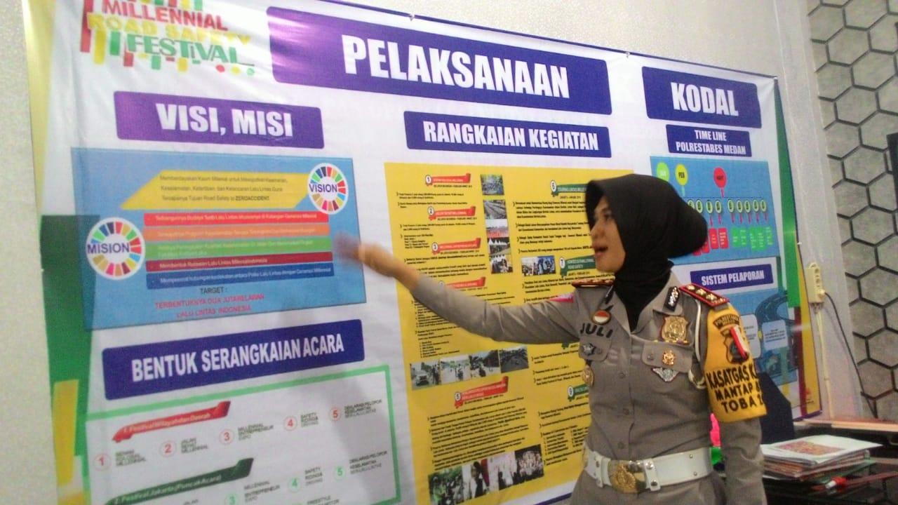 TUNJUKKAN:Kasatlantas Polrestabes Medan AKBP Juliani Prihartini menunjukan peta penutupan dan pengalihan ruas jalan pada acara Millenial Road Safety Festival.
