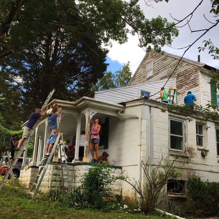 25 Compassionate Neighbors Helped A Retired Teacher Restore And Paint Her House
