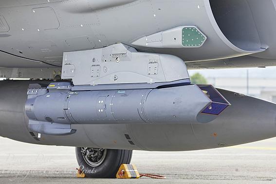 Radar Warning Receifer (RWR) an den Lufteinläufen. Darunter ein Lockheed Martin AN/AAQ-33 Sniper Advanced Targeting Pod (ATP)