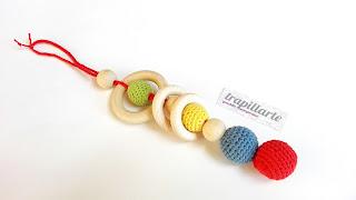 juguete de ganchillo y madera