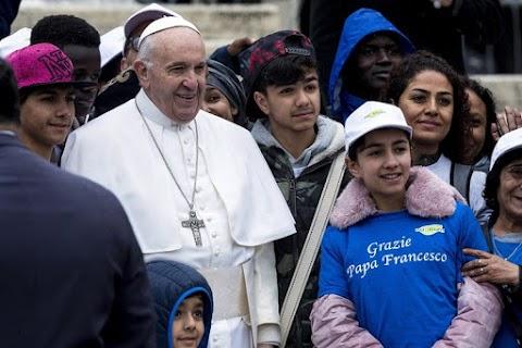 Ferenc pápa kocsikázni vitte a migráns gyerekeket