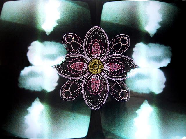 Quatre photographies télévision du champignon atomique rebrodées d'une grande fleur