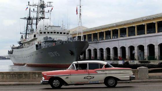 O Viktor Leonov, outro barco espião russo no porto de Havana.