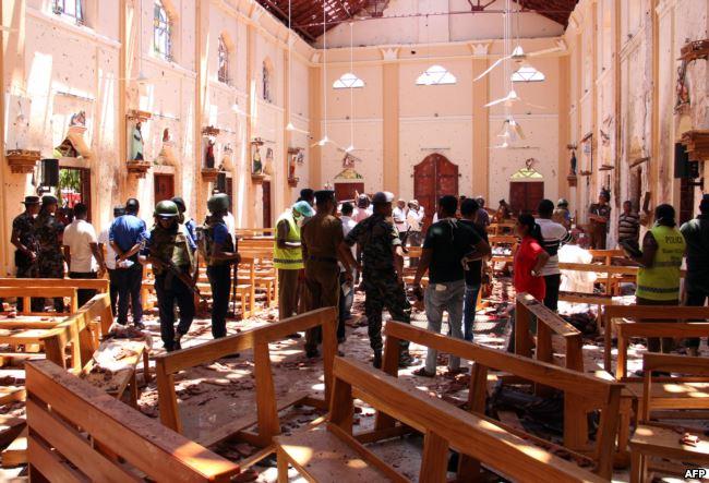 Fuerzas de seguridad de Sri Lanka inspeccionan la iglesia de San Sebastián, en Negombo, al norte de Colombo la capital de la nación / REUTERS