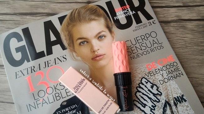 Revista Glamour + máscara de pestaña Roller Lash de Benefit de 4 gramos
