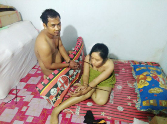 Foto Istri TNI Yang Diikat Dalam Keadaan Bugil Dengann Selingkuhannya