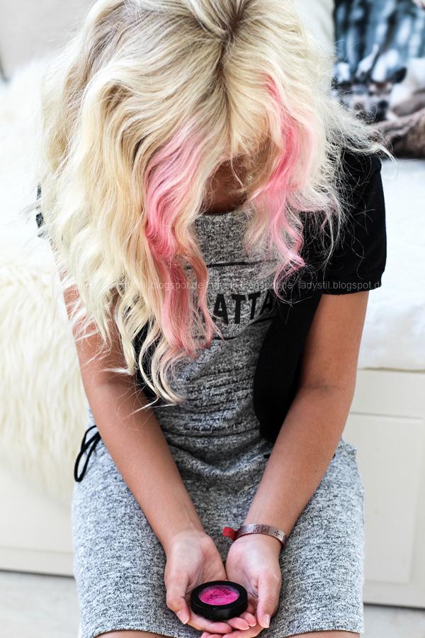 Wellness für Zuhause oder eine Mädels-Party im Spa-Tempel, selbstgemachter Lippenbalm und DIY Zitronen-Peeling, Foto mit rosafarbenen Strähnen im Haar