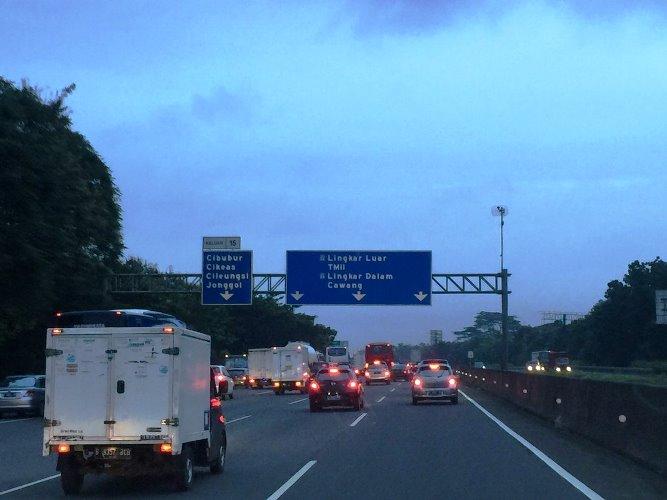 Iwan Fals menuju bandara untuk konser di Palembang 2017