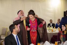 """بالفيديو :الملكة رانيا تمازح الشباب في إفطار جماعي """"كيف الورق؟"""""""