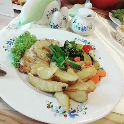serwis we wzór kaszubski, kurczak z grila z ananasem