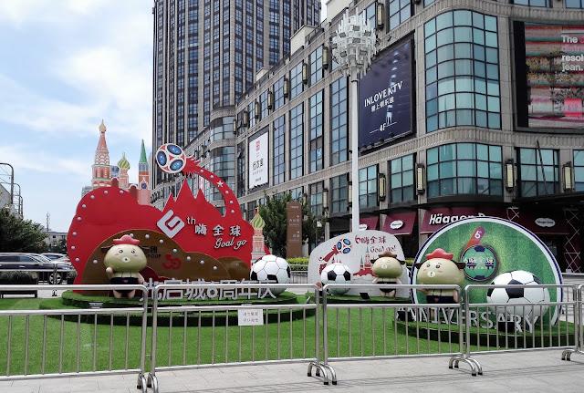 大きなショッピングモール前に飾られた大きなサッカー風景