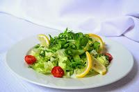Salad merupakan makanan yang terbuat dari cuilan sayur 8 Manfaat Ajaib Salad untuk Kesehatan