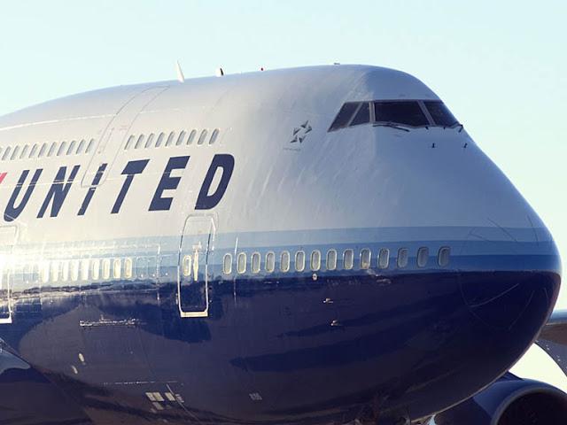 United Airlines вынудили пассажирку помочиться в стакан