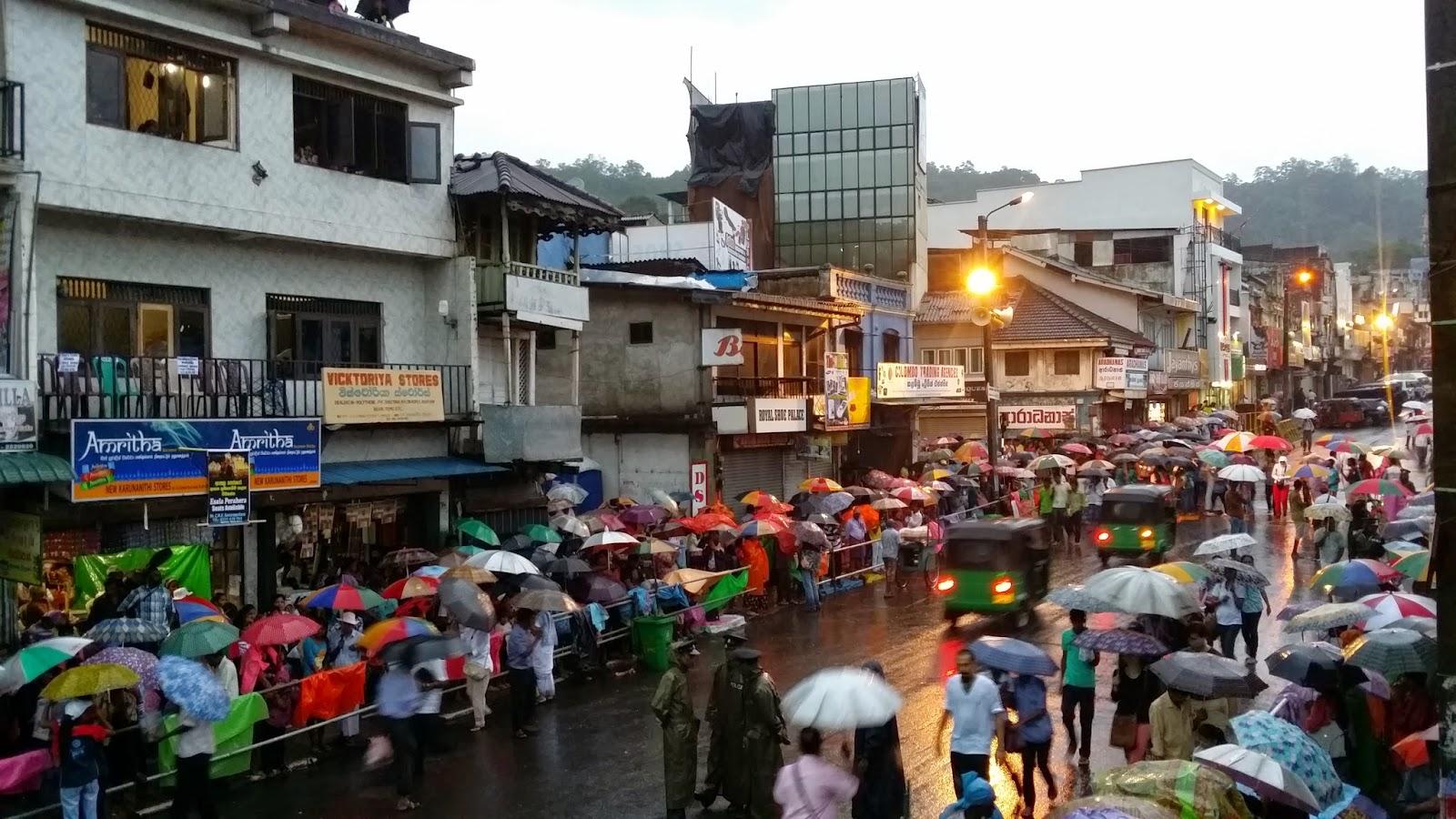 Devotos en las calles de Kandy para participar en el Esala Perahera Festival (Sri Lanka)