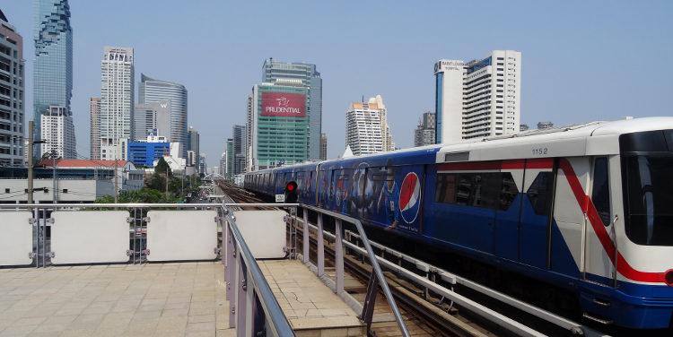 Наземное метро на фоне Бангкока