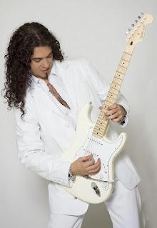 Hernán Fortuna tocando la guitarra