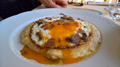 Trattoria Dentella: Uovo al tegamino con grattata di tartufo nero con polenta.