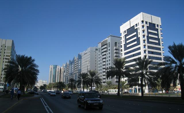 Abu Dabi es una ciudad de grandes avenidas y altos edificios
