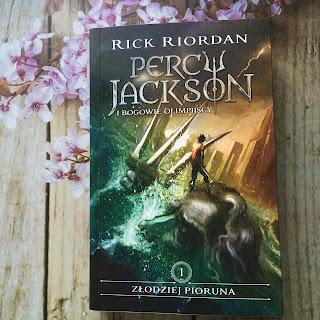 Percy Jackson i bogowie olimpijscy - Złodziej pioruna, wrażenia z książki, którą napisał Rick Riordan oraz jej ekranizacji.