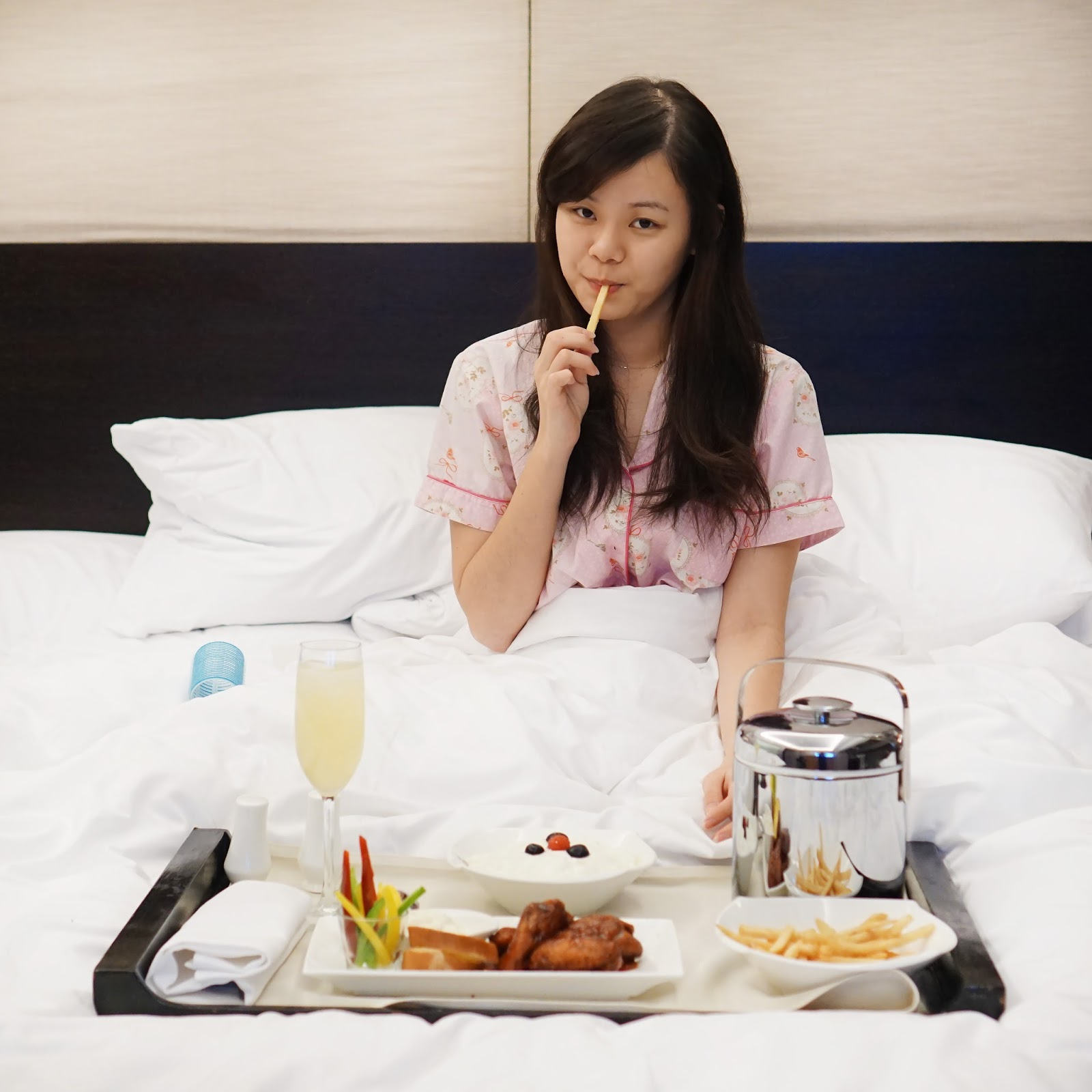 bare face, no makeup, girl, girls, breakfast on bed, lifestyle, jeanmilka, jean milka