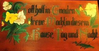 """Placa de madeira com texto em alemão - tradução: """"Deus mantém, com graça, fiel vigília  sobre esta casa, dia e noite"""""""