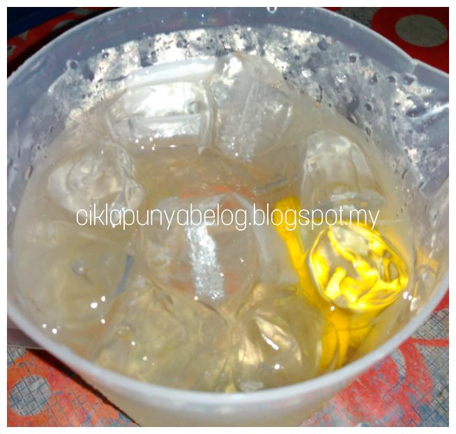 Penghilang dahaga paling fresh abad ini : Air lemon + madu + serai ais yang sedap gila!