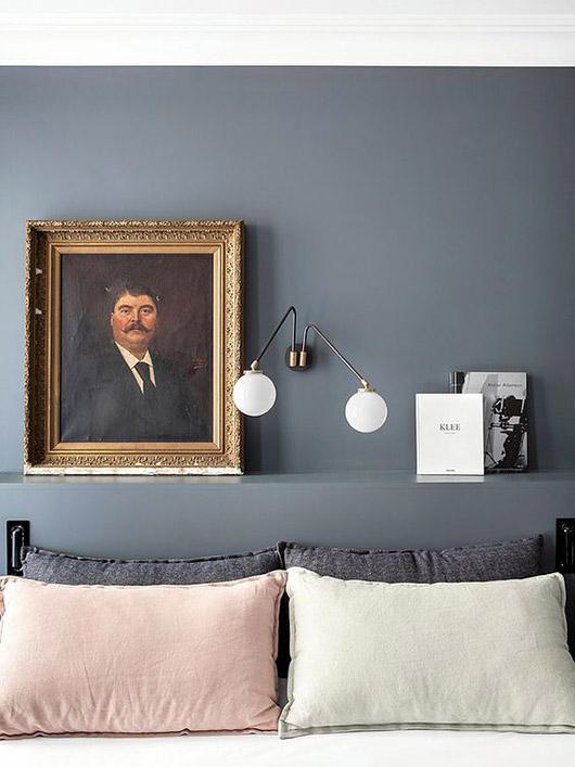 Retrato con marco dorado en el dormitorio