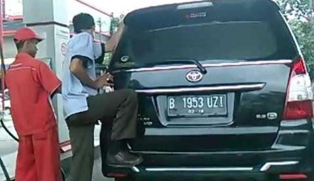UNIK : Video Menggoyang Mobil Saat isi Bensin, Sebenarnya Buat Apa ?