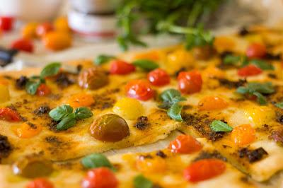 Pizzabrot mit Tomaten als Grill-Beilage