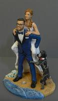 sposini torta nuziale personalizzati sposa sulle spalle con cane orme magiche