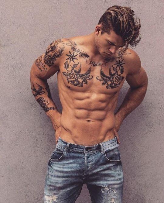 tatuagem masculina preta no peito e braço