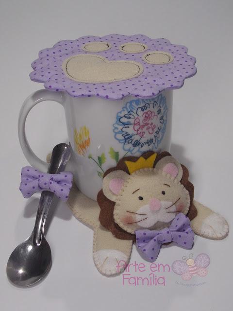 tapetes para canecas e xícaras (mug rug) em formato de bichinhos. Confeccionado em feltro. Leão.