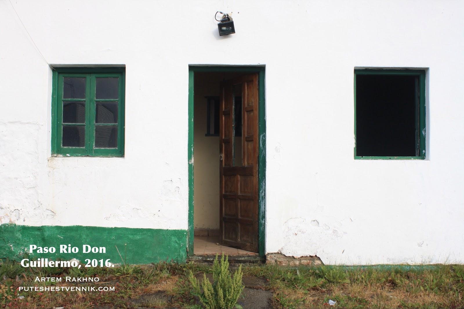 Два окна и вход в казарму