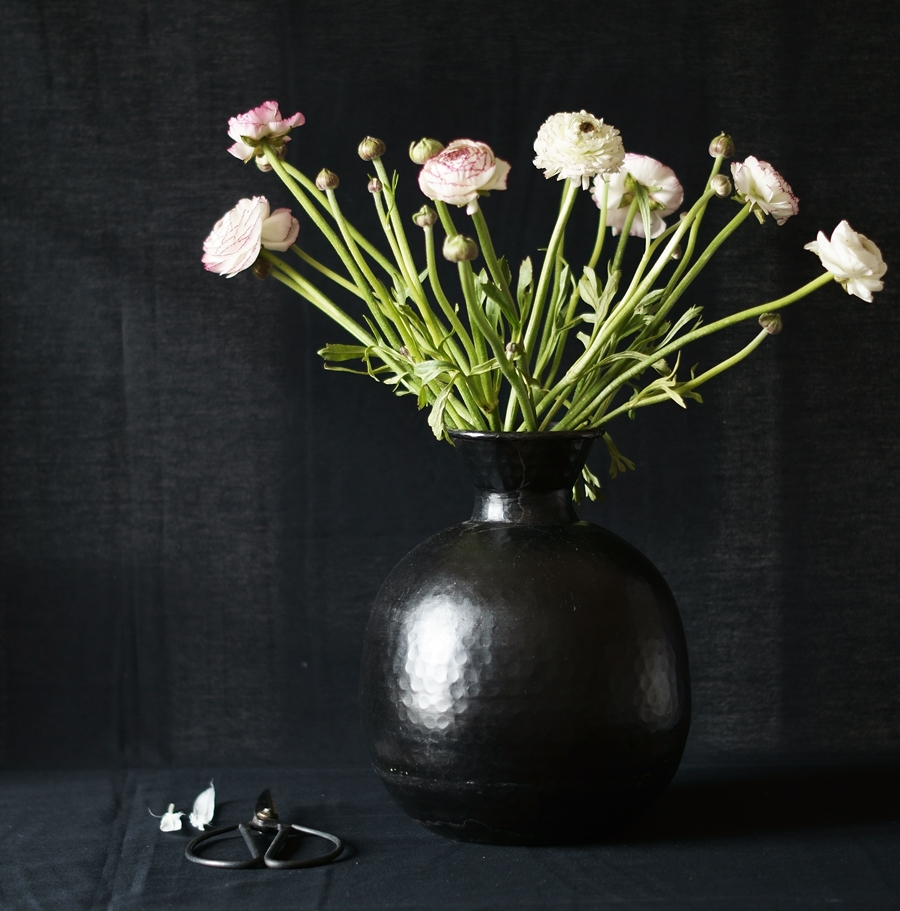Blog + Fotografie by it's me fim.works - Ranunkeln, schwarze Vase, Deko