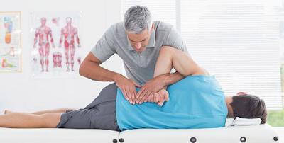 5 Cara Paling Mudah Mengurangkan Sakit Belakang | Sakit belakang boleh menyerang sesiapa sahaja tidak kira lelaki mahupun wanita. Sakit belakang juga boleh menyerang tidak kira usia samaada muda mahupun warga tua.   Semakin berusia kita, sakit belakang semakin mudah untuk menyerang. Waktu tidur dan postur badan ketika tidur merupakan factor utama sakit belakang. Kebanyakkan daripada kita tidak mengambil berat mengenai tilam yang digunakan untuk tidur.  Baca juga  Ada beberapa cara yang paling mudah yang boleh di amalkan sesiapa sahaja yang mempunyai masalah akit belakang. Semoga apa yang dikongsikan di bawah dapat membantu sahabat AM semua :-  Kurangkan Membongkok Membongkok adalah postur tubuh yang buruk untuk badan kita. Jika anda terus membongkok akan menambahkan derita kesakitan belakang yang anda alami. 5 Cara Paling Mudah Mengurangkan Sakit Belakang  Bila mana anda bekerja di hadapan computer, pastikan anda duduk dengan tegak di atas kerusi. Jika boleh letakkan bantal lembut di belakang badan untuk memberi sokongan pada tulang belakang dan punggung.  Penggunaan Ubat Sakit Belakang Ada di kalangan kita yang menderita sakit belakang sehingga terpaksa mengambil ubat sakit belakang (nonsteroidal anti-inflammatory drugs) yang lebih kuat untuk melegakan kesakitan yang dialami. Untuk mendapat ubatan ini memerlukan preskripsi doctor yang sah sahaja.  Sangat penting untuk anda berbincang dengan doctor mahupun ajli farmasi yang berdaftar jika anda sedang mengambil ubat lain, termasuk ubatan yang dijual secara terbuka. Ini bertujuan untuk mengelakkan anda mengambil doc yang berlebihan yang berbahaya kepada diri anda pula. 5 Cara Paling Mudah Mengurangkan Sakit Belakang