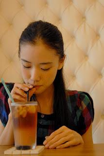 Hút nước bằng ống hút cũng là mẹo hay giúp giảm béo nọng cằm