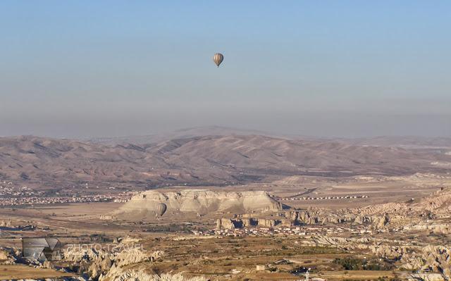 Kapadocja to historyczna nazwa krainy leżącej pomiędzy czterema miastami: Aksaray, Niğde, Nevşehir i Kayseri w Turcji, znanej przede wszystkim z unikalnych formacji skalnych - tzw. bajkowych kominów.