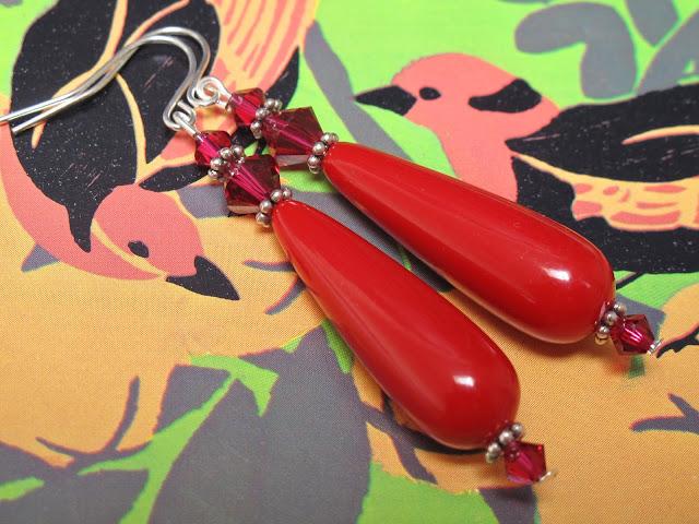 Rode faux koraal druppel oorbellen