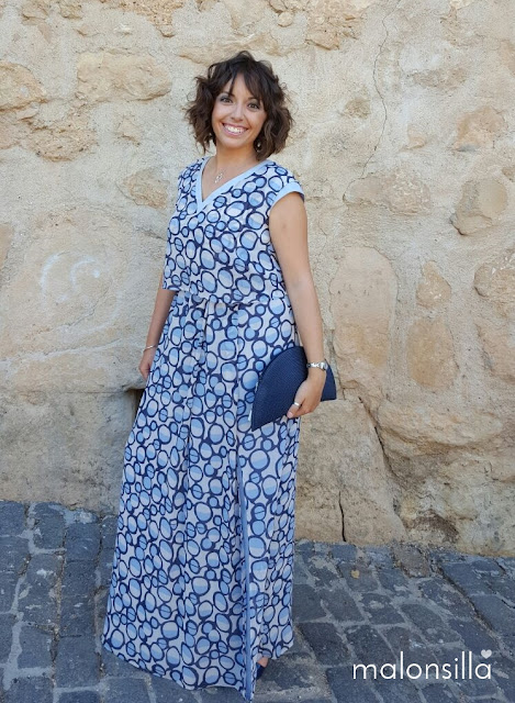 Look de invitada a boda con vestido largo vaporoso estampado en azul y bolso en forma de abanico en azul marino by malonsilla