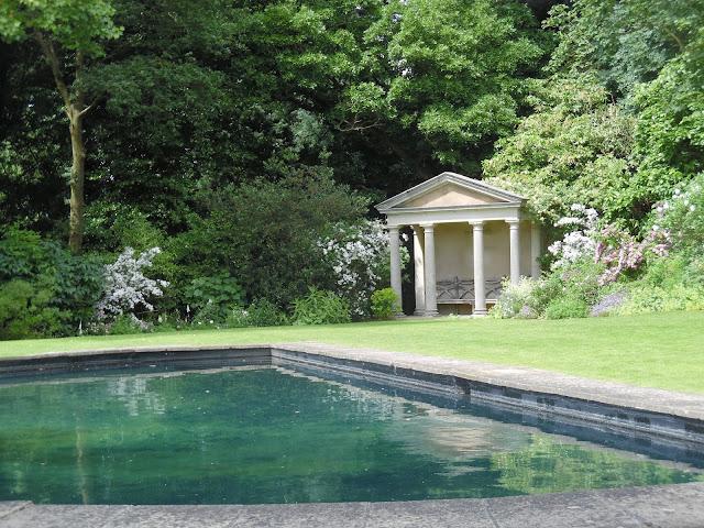 klasyczna altana, nowoczesny basen