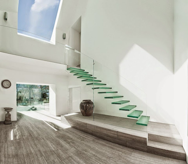 Cầu thang hiện đại kết hợp với kính trắng