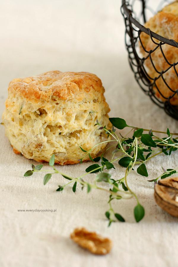Scones z serem, orzechami i ziołami