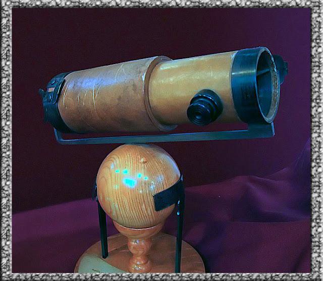 Foto Replika teleskop refleksi kedua Newton